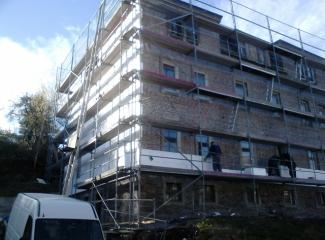 Pri rekonštrukcii obytného domu uľahčil prácu aj hydraulický žeriav