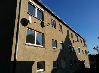 Na rekonštrukciu strechy bol zabezpečený hydraulický žeriav