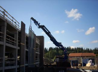 Hydraulický žeriav v procese výstavby vyššieho podlažia novostavby